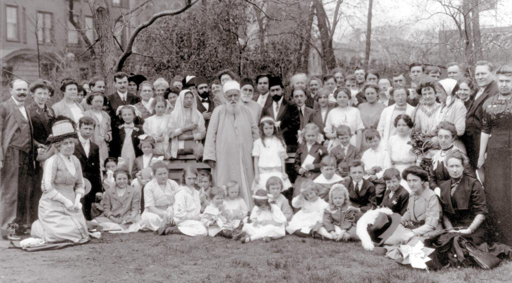 1912-ben találkozott Kahlil Gibran 'Abdu'l-Bahával, amikor áprilistól decemberig Észak-Amrikában utazott. Középen 'Abdu'l-Bahá bahá'í-okkal (Lincoln Park, Chicago, Illinois, USA) (c) Bahá'í Nemzetközi Közösség media.bahai.org