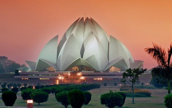 A bahá'í hit leglátogatottabb épülete a Lótusz templom. A világvallás imaháza minden vallású ember előtt nyitva áll és több, mint négy és fél millió látogatót vonz évente (Új-Delhi, India) (c) Bahá'í Nemzetközi Közösség media.bahai.org