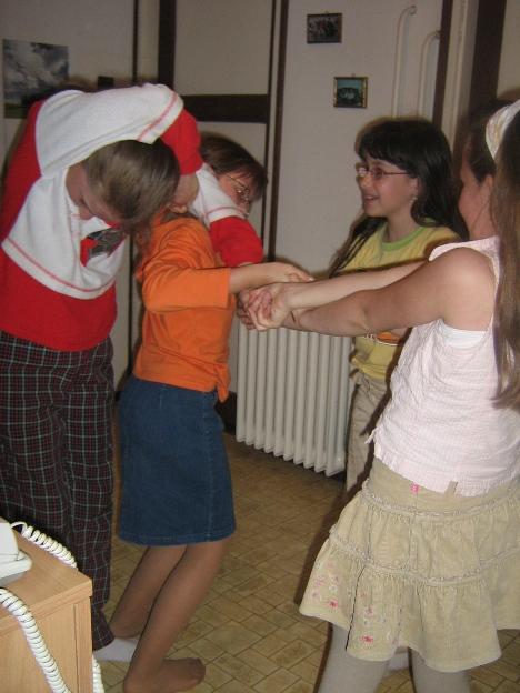 Együttműködési játék egy bahá'í gyermekosztályon © Magyarországi Bahá'í Közösség www.bahai.hu