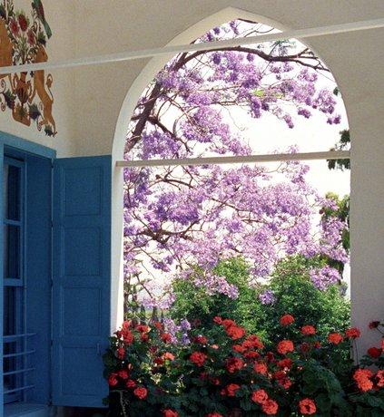 Kitekintés a szép kertre azon szoba ablakából, ahol Bahá'u'lláh, a bahá'í hit alapítója 40 éves börtön és száműzetés után, élete végén élt © Bahá'í Nemzetközi Közösség media.bahai.org