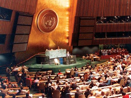A Bahá'í Nemzetközi Közösség ENSZ főképviselője az ENSZ Millenniumi közgyűlésén beszél a Nem-kormányzati Szervezetek Millenniumi Fórumjának nevében, melynek résztvevője volt a Bahá'í Nemzetközi Közösség (2000. szeptember) (c) Bahá'í Nemzetközi Közösség media.bahai.org