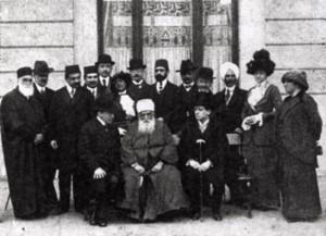 'Abdu'l-Bahá Budapesten a Ritz szálló előtt kísérői, fogadói valamint újságírók körében (Érdekes Újság, 1913. április 10.)