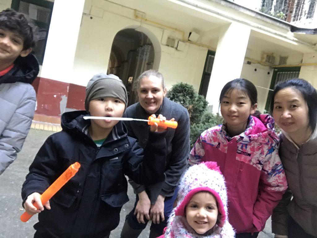 Bahá'í gyermekfoglalkozás Budapesten különféle kultúrájú gyerekekkel © Magyarországi Bahá'í Közösség www.bahai.hu