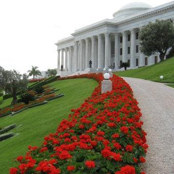 A bahá'í hit vezető testületének, az Igazságosság Egyetemes Házának a székhelye a haifai szép kertben (c) Bahá'í Nemzetközi Közösség media.bahai.org